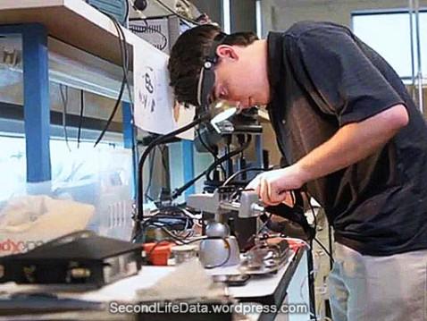 Palmer Luckey creando el primer prototipo de Oculus con 18 años en el garage de sus padres en 2011.